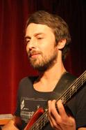 Alex kommt wie Toni Burger aus dem Ausseerland, dem keltischen Herz Österreichs und gibt seit Herbst 2011 die tiefen Töne bei Ciúnas an. - 3d5c8bb0ce48cf5b54e5b613cd34bebfad0f3798